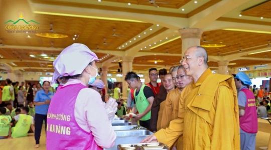Người con Gia Lai xúc động khi lần đầu tiên được gặp Thầy Thích Trúc Thái Minh