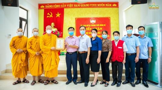 """Sư Phụ Thích Trúc Thái Minh và đại diện Phật tử chùa Ba Vàng đón nhận bằng """"Tấm lòng vàng"""" do Ủy ban MTTQ TP. Uông Bí trao tặng"""